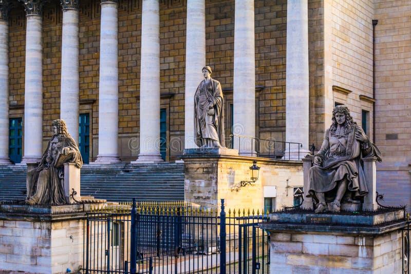 Statyer på Assemblée Nationale - Paris, Frankrike royaltyfri fotografi
