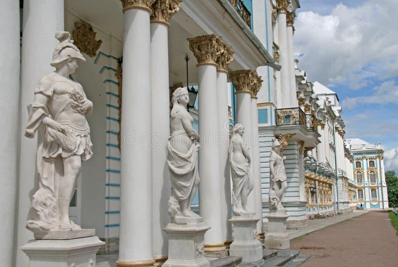 Statyer på Catherine Palace ÑˆÑ 'ST PETERSBURG TSARSKOYE SELO, RYSSLAND arkivbild