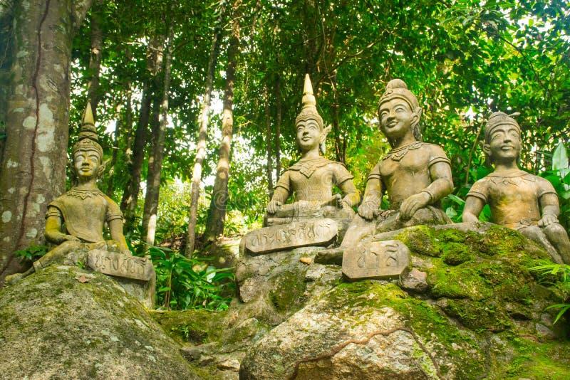 Statyer på den hemliga trädgården på Koh Samui Island, Thailand royaltyfria foton
