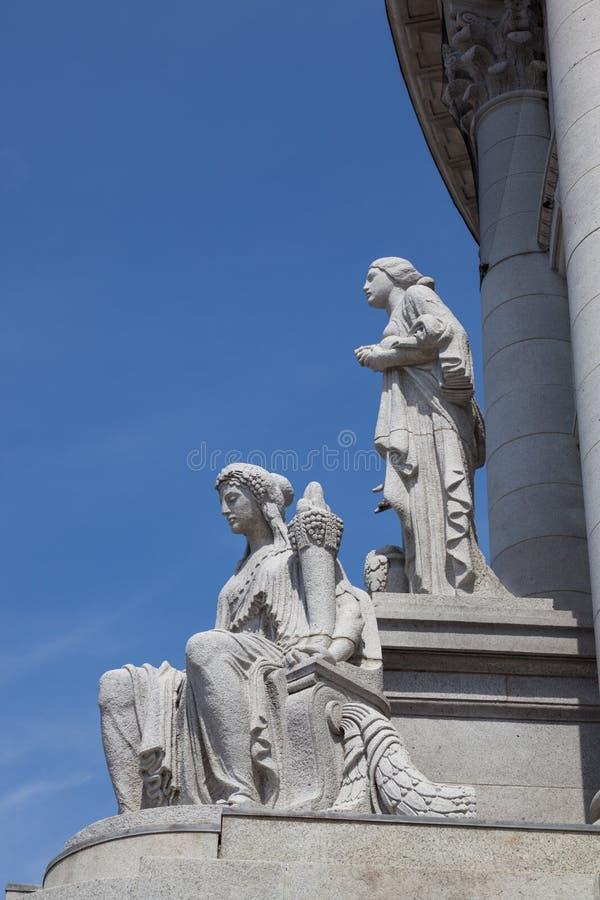 Statyer på huvudbyggnad arkivbild