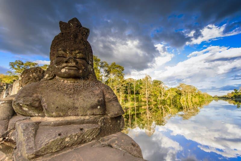 Statyer på ingången av Angkor Thom arkivbild