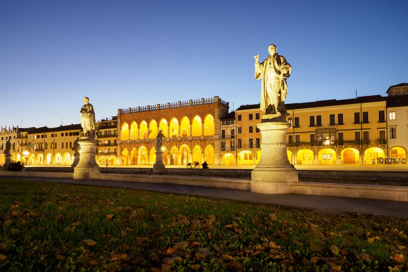 Statyer på natten i Padova, Italien arkivfoto