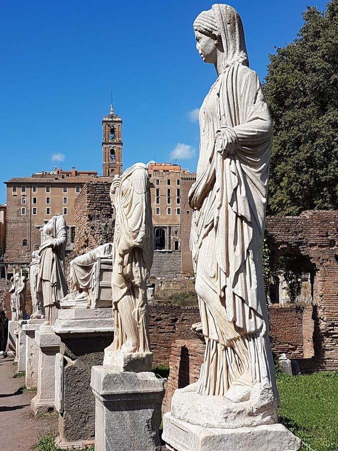 Statyer på Roman Forum arkivbilder