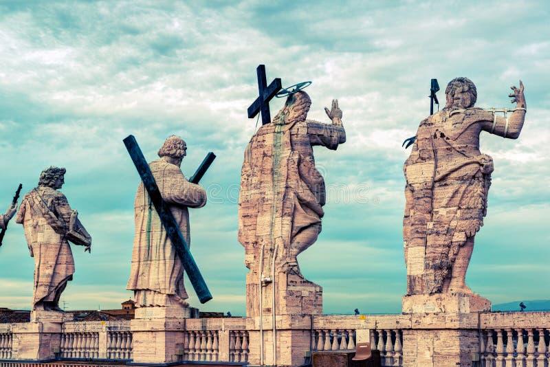 Statyer på taket av domkyrkan av St Peter i Rome royaltyfri bild