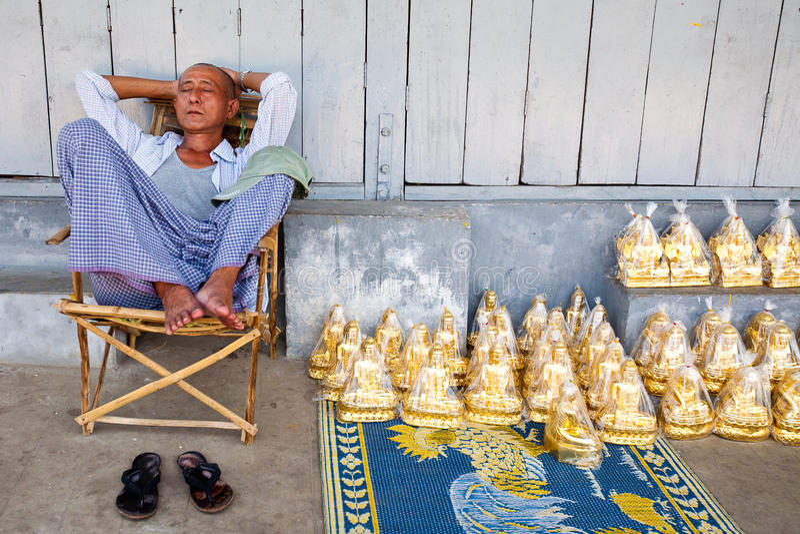 statyer yangon för pagodasäljareshwedagon royaltyfri bild