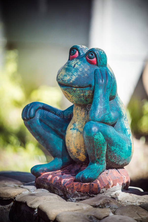 Statyett av en grön groda royaltyfri foto