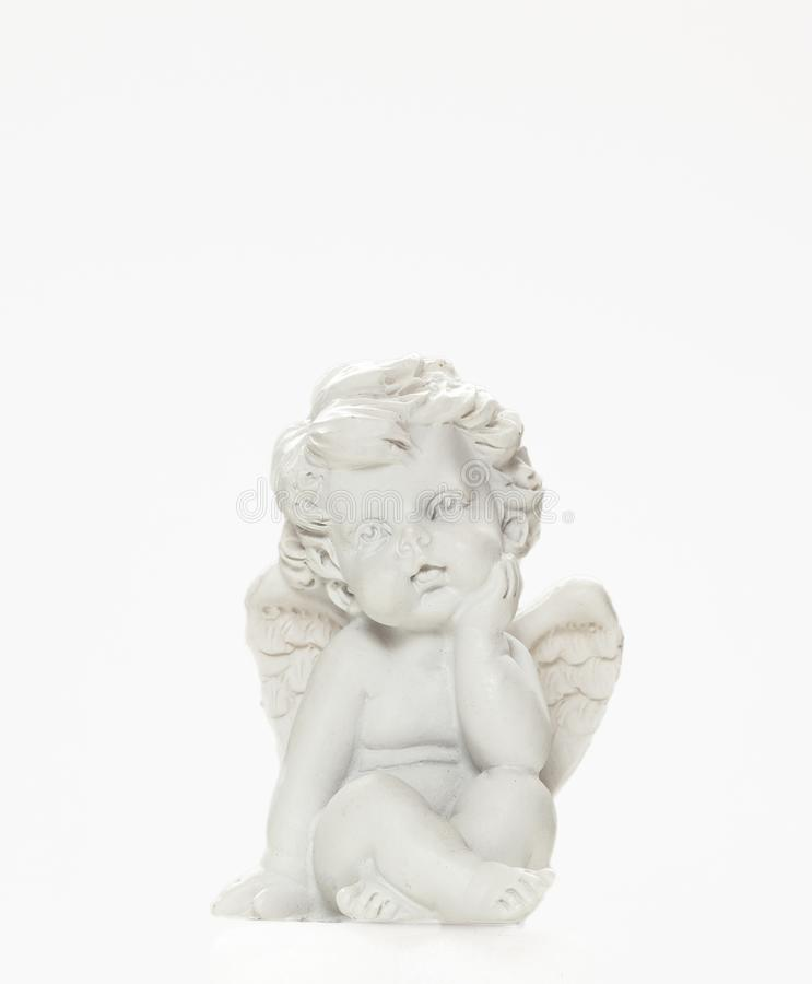 Statyetten av behandla som ett barn Angel On White Background 1 royaltyfri bild
