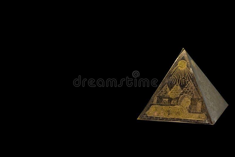 Statyetten av brons den egyptiska pyramiden arkivbilder