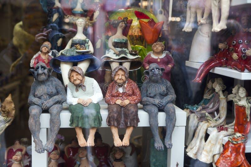 Statyetter i en souvenir shoppar fotografering för bildbyråer