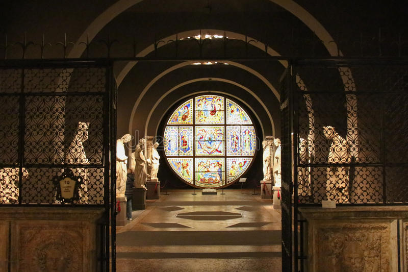 Statygalleri och målat glassfönster Duccio di buoninsegna Inre av den storstads- domkyrkan av Santa Maria Assunta Sien arkivbild