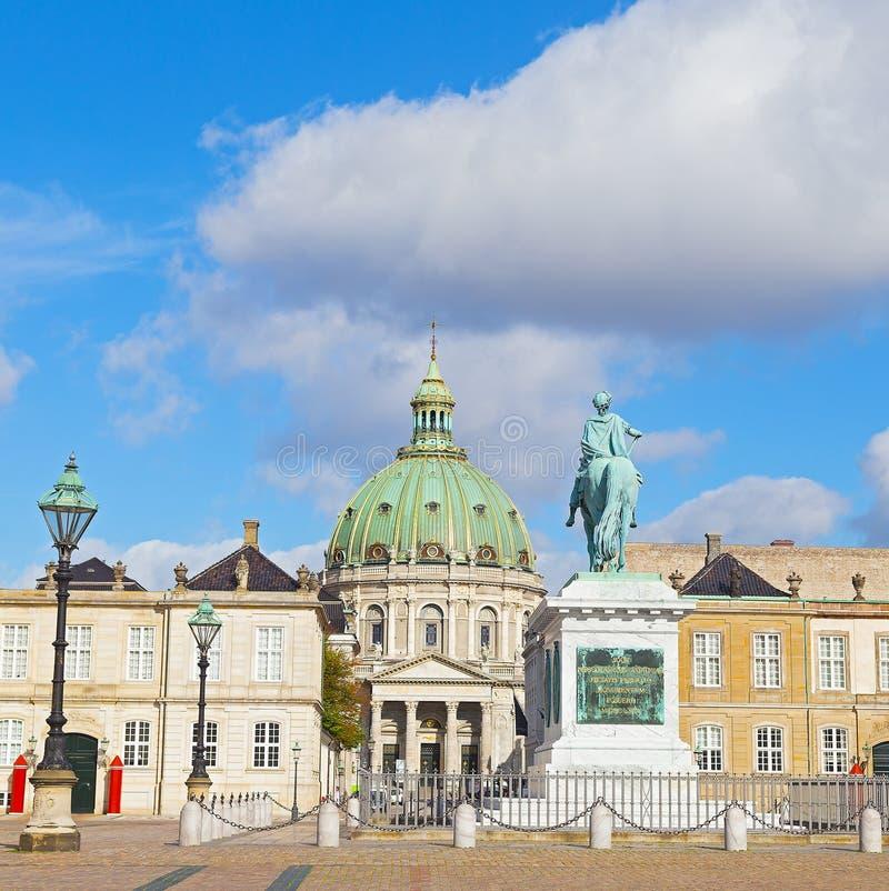 Statyn av Amalienborgs grundare, konungen Frederick V och Frederiks kyrka i Köpenhamnen, Danmark arkivbild