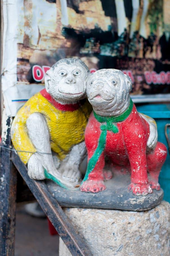 Statyn av apan och bulldoggen är på gatan i Bangkok, Thailand Det finns många ordstävar som betyder att apan och hunden hör hemma royaltyfri bild