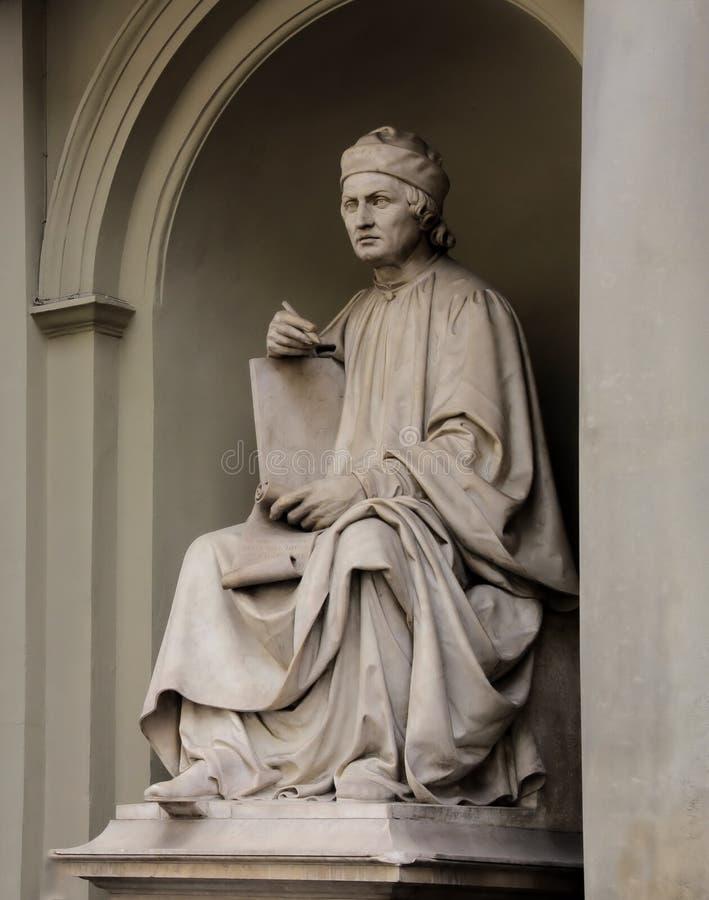Statyn av Arnolfo di Cambio av Luigi Pampaloni var han en berömd italiensk renässansarkitekt royaltyfri fotografi
