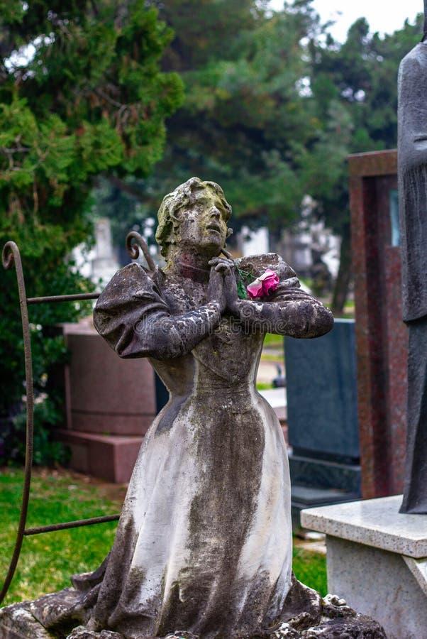 Statyn av be för kvinna royaltyfria bilder