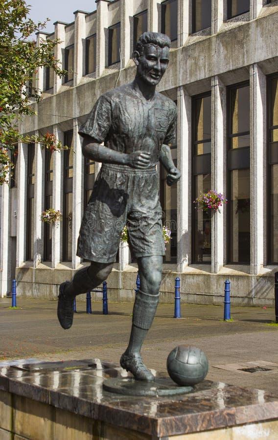 Statyn av Bertie Peacock den internationella fotbollsspelaren och chefen av nordligt - Irland i stadfyrkanten i Coleraine royaltyfri foto