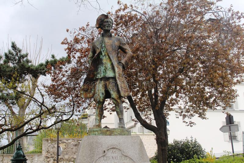Statyn av Chevalier de la Barre, Montmartre, Paris arkivbilder