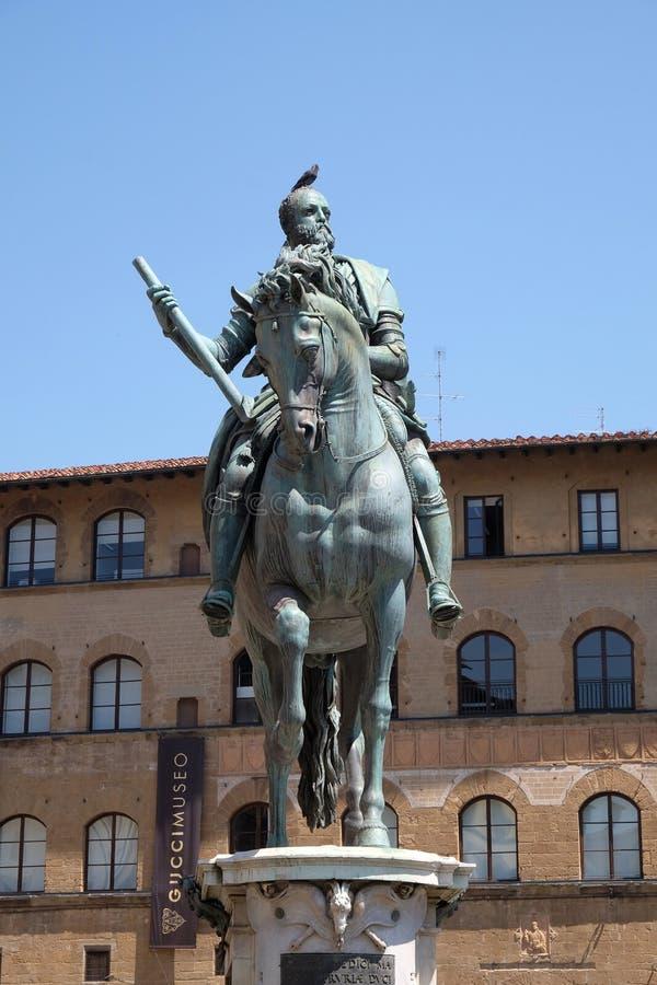 Statyn av Cosimo Jag de Medici på piazzadellaen Signoria i Florence fotografering för bildbyråer