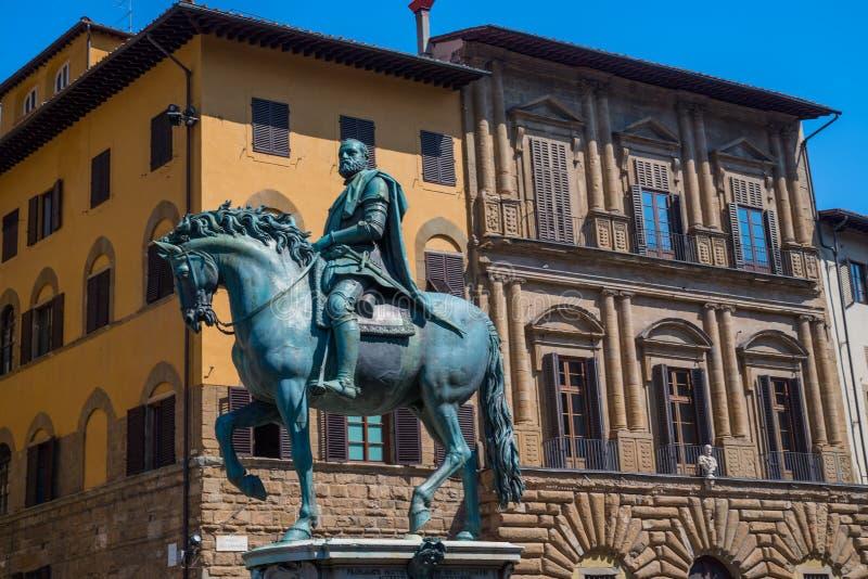 Statyn av Cosimo Jag de Medici på piazzadellaen Signoria i Florence, Italien arkivfoto