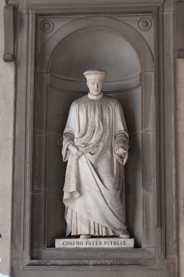 Statyn av Cosimo Pater Patriae i det Uffizi gallerit i Florence i Italien arkivbild