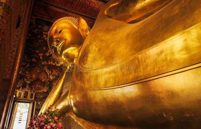 Statyn av den liggande vilaBuddha i den Wat phoPho templet Bangkok Thailand, föreställer tillträdeet av Buddha in i nirvana och s arkivfoto
