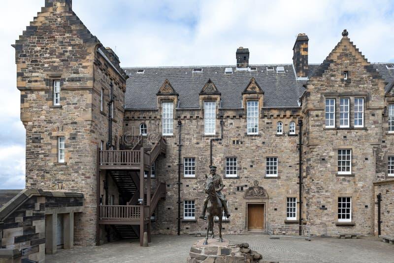 Statyn av fältmarskalkgreven Haig placerade utanför det nationella krigmuseet på sjukhusfyrkanten i Edinburgslotten, Skottland, U arkivbild