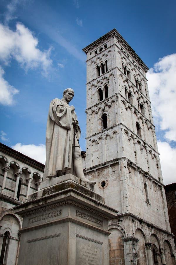 Statyn av Francesco Burlamacchi på domkyrkan av helgonet Michele i Lucca, Italien royaltyfria bilder