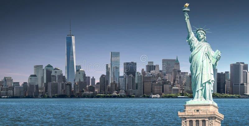 Statyn av frihet med en World Trade Centerbakgrund, gränsmärken av New York City arkivfoton