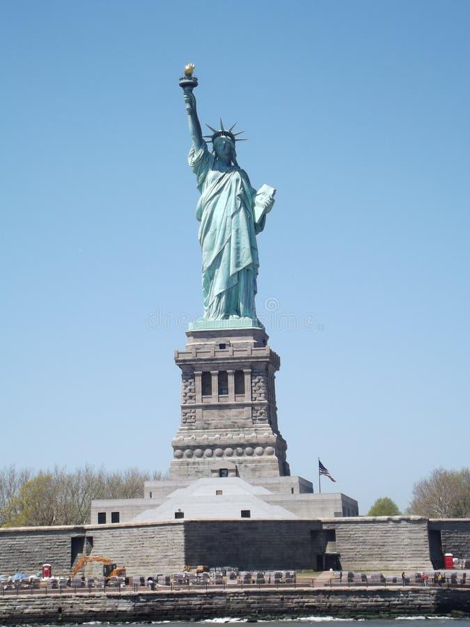 Statyn av frihet via färjan royaltyfri bild