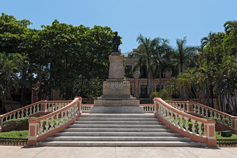 Statyn av general Cepeda Peraza i parkerahidalgoen, Merida, Mexico arkivbild