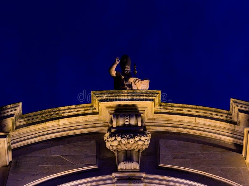 Statyn av helgonet Blaise av kyrkan för St Blaises i Dubrovnik exponerade överst under sommarnatt royaltyfria foton