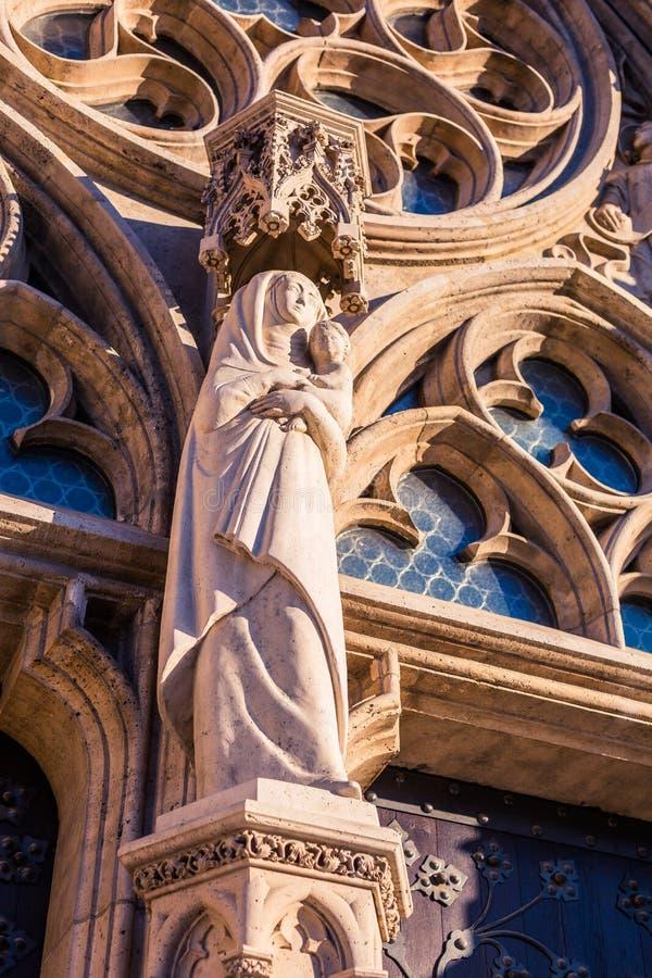 Statyn av helgonet Maria med det litet behandla som ett barn Jesus i hennes armar royaltyfri fotografi