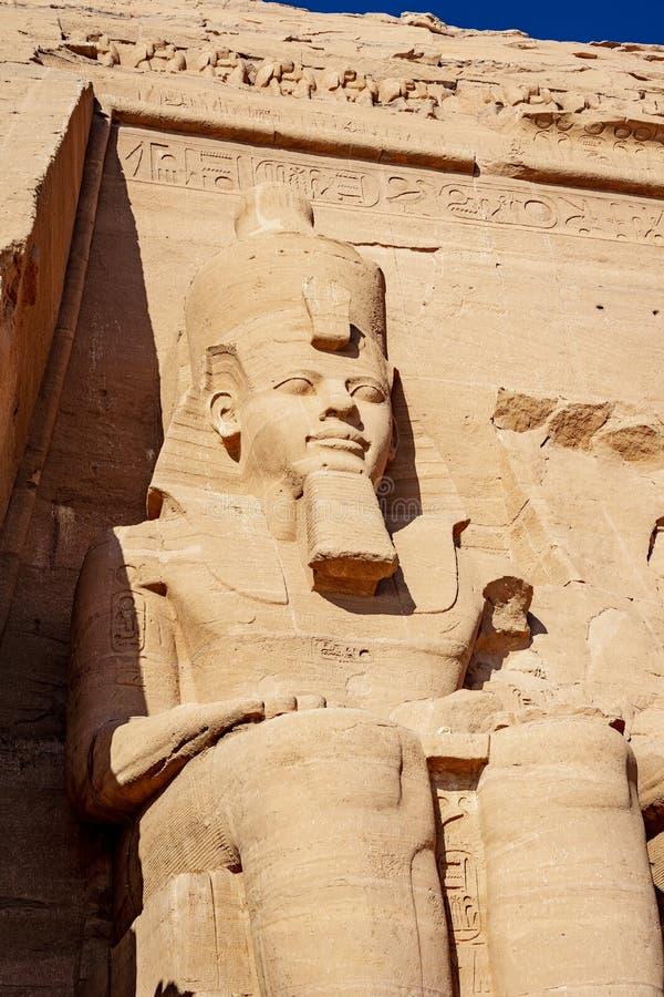 Statyn av konungen Ramsses sekunden eller Ramessesen det stort på Abu Symbel i Egypten royaltyfria bilder
