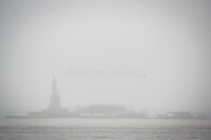 Statyn av Liberty Lost i den New York misten av Hudson River från Wall Street i Manhattan arkivfoto