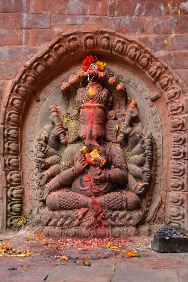 Statyn av Lord Ganesha dekorerade med blommor och frukter fotografering för bildbyråer