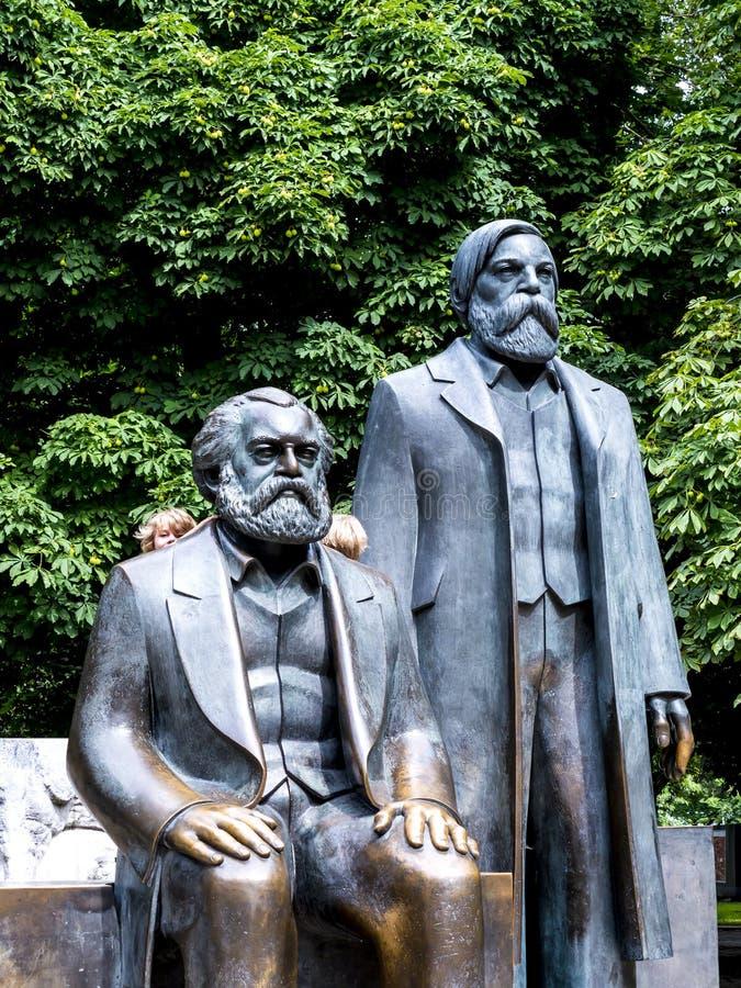 statyn av Marx och Engels i Berlin Germany arkivbilder