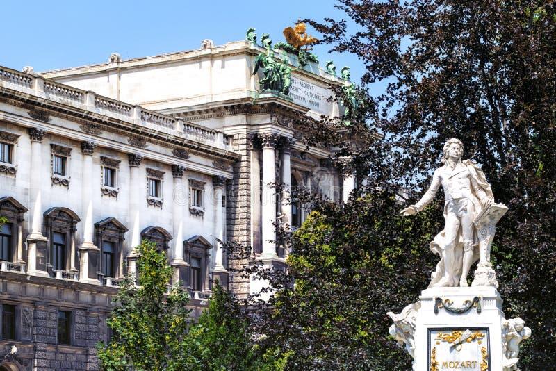 Statyn av Mozart i Burggarten parkerar i Wien royaltyfri bild