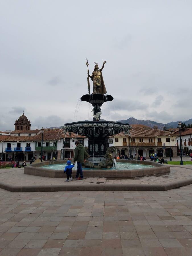 Statyn av Pachacuti, Plaza de Armas i Cusco royaltyfria foton