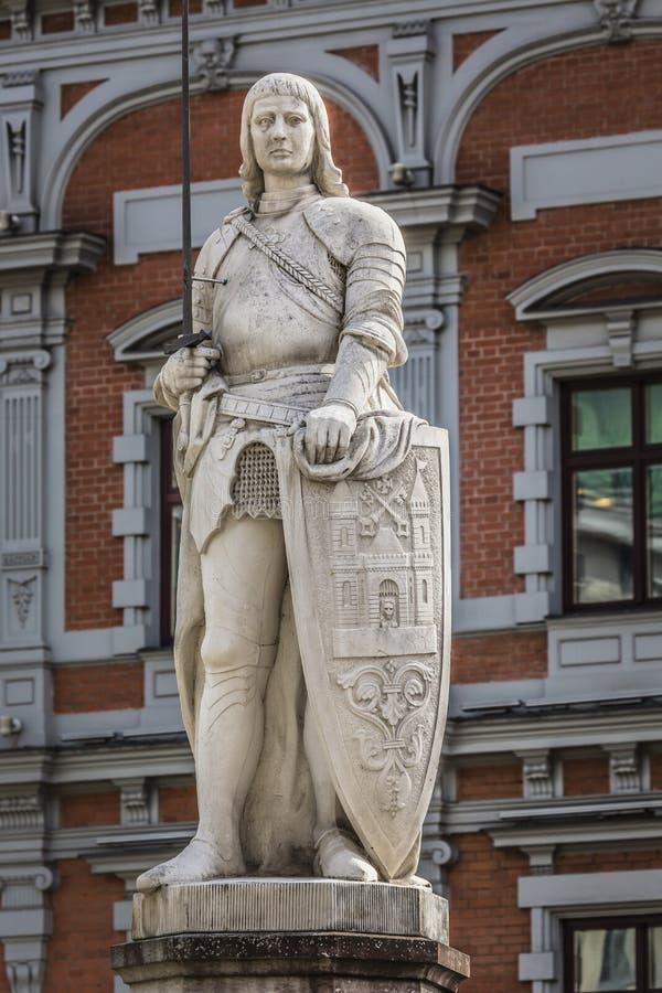 Statyn av Roland i gamla Riga latvia royaltyfria bilder
