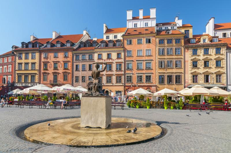 Statyn av sjöjungfrun i mitten av Warszawa gamla stad i Warszawa, Polen arkivbild