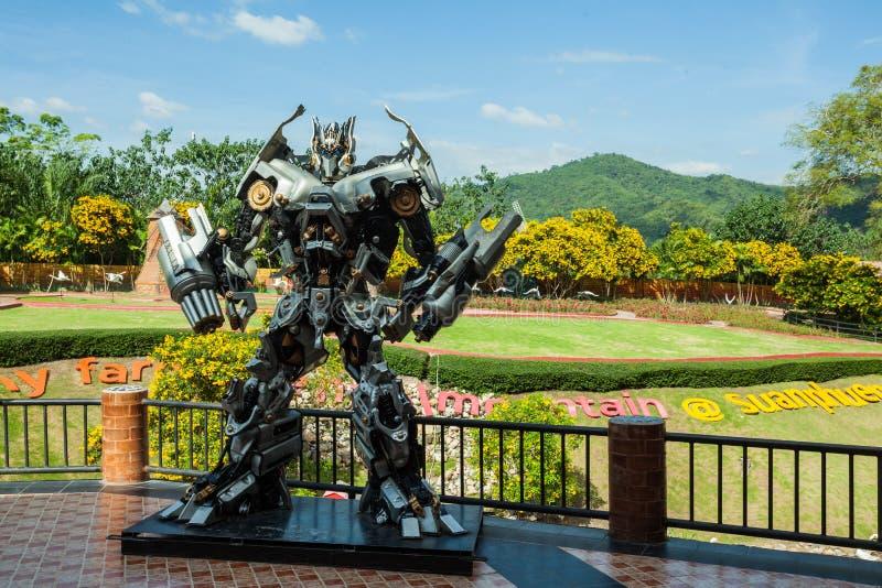 Statyn av transformatorn är i den suan phungen för semesterorten royaltyfria foton