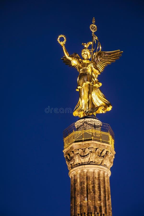 Statyn av Victoria på den Berlin Victory Column Siegessaule monumentet på natten Tiergarten Berlin Germany arkivbilder