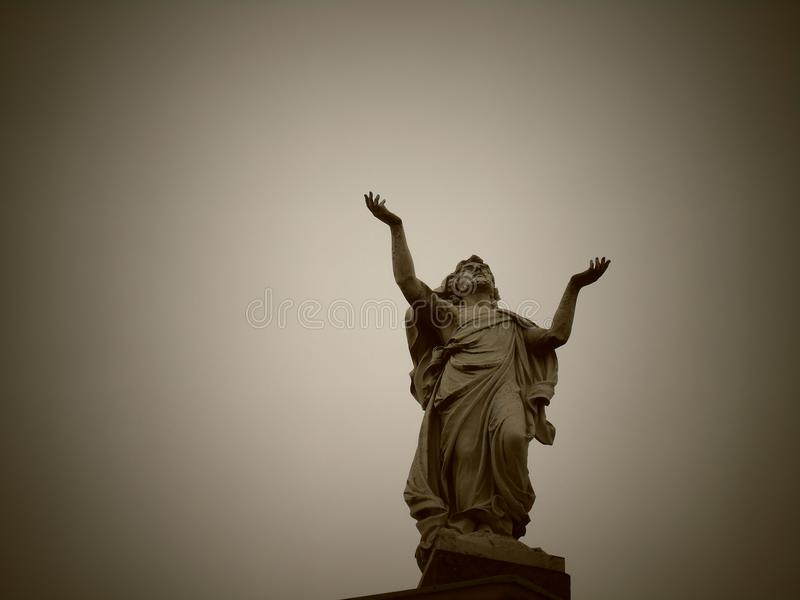 Statyn ber arkivbild