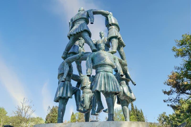 Statyn för Acrobatiska män Podgorica, Montenegro arkivfoton