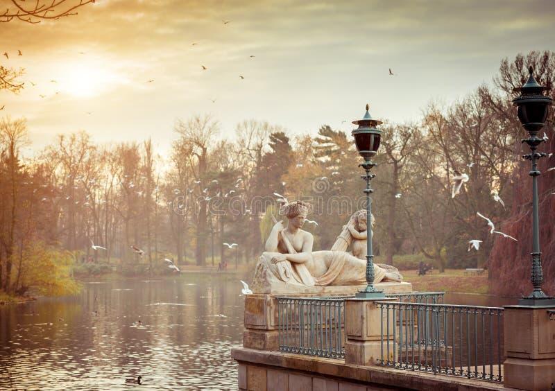Statyn i Lazienki parkerar Warszawa arkivfoton