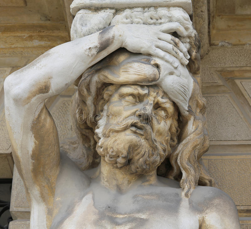 Statyn kallade karyatider med hennes hand på hennes panna och den ser arkivbilder