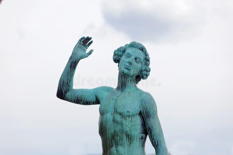 Statyn kallade sången gjord av Carl Eldh i koppar utanför set arkivbild