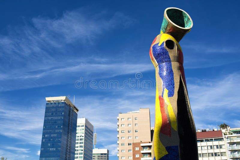 Statyn 'kvinna och fågel' i Barcelona royaltyfri fotografi