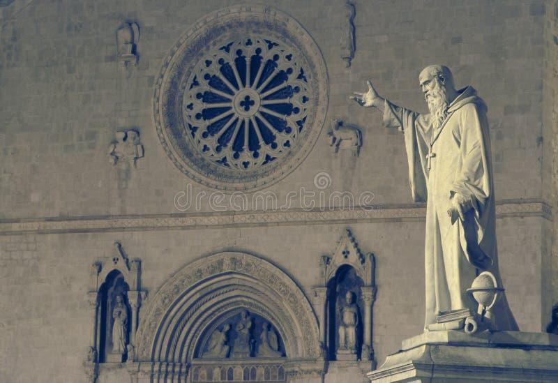 Statyn och kyrkan av St Benedict i Norcia, Umbria, Ita arkivbild