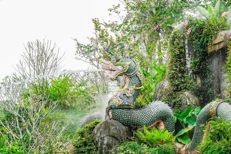 Statyn på naturlig bakgrund, vattenfallmodell är härlig, för att turister ska fotografera i turist- dragningar, Suanthai Pattaya royaltyfri bild