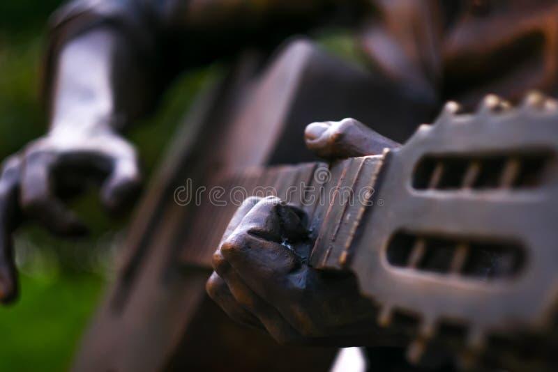 Statyn som spelar gitarren royaltyfri foto